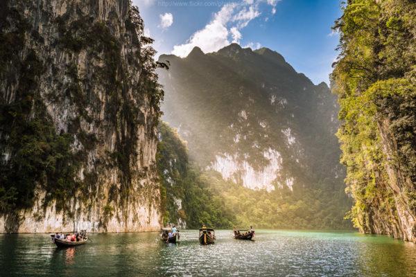 เขื่อนเชี่ยวหลาน สถานที่ท่องเที่ยวสุดแสนจะธรรมชาติ เต็มไปด้วยป่าเขาและสายน้ำที่ชวนให้พักผ่อนหย่อนใจ